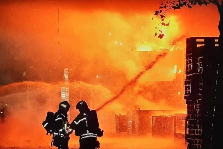 Die Feuerwehr kämpfte gegen Flammen. In der Lagerhalle war Elektroschrott in Brand geraten.