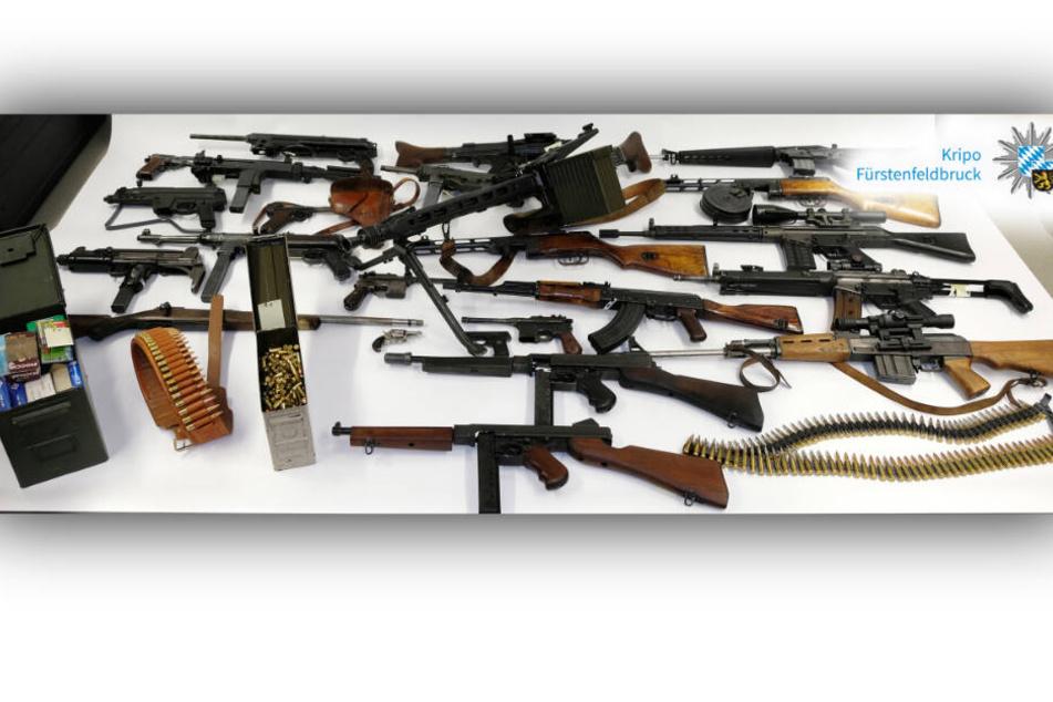 Das Waffenlager, welches bei dem 19-Jährigen entdeckt und sichergestellt wurde.
