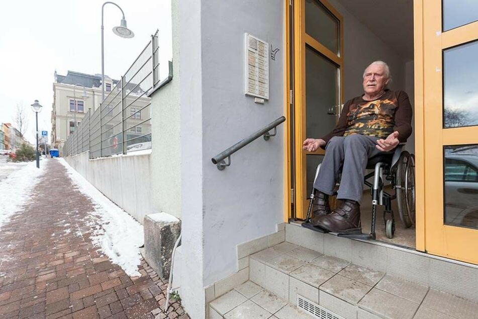 Ohne seinen geklauten Rollstuhl ist Werner Thielemann (65) an seine Wohnung gefesselt.