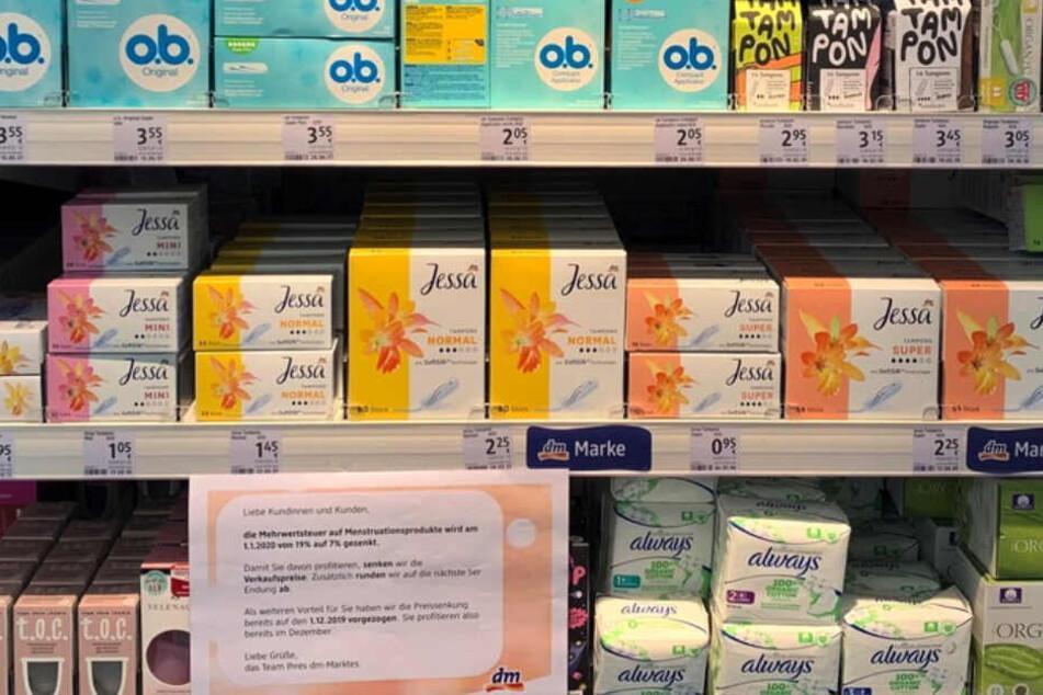 Ein Regal bei DM ist vollgepackt mit Menstruationsprodukten.