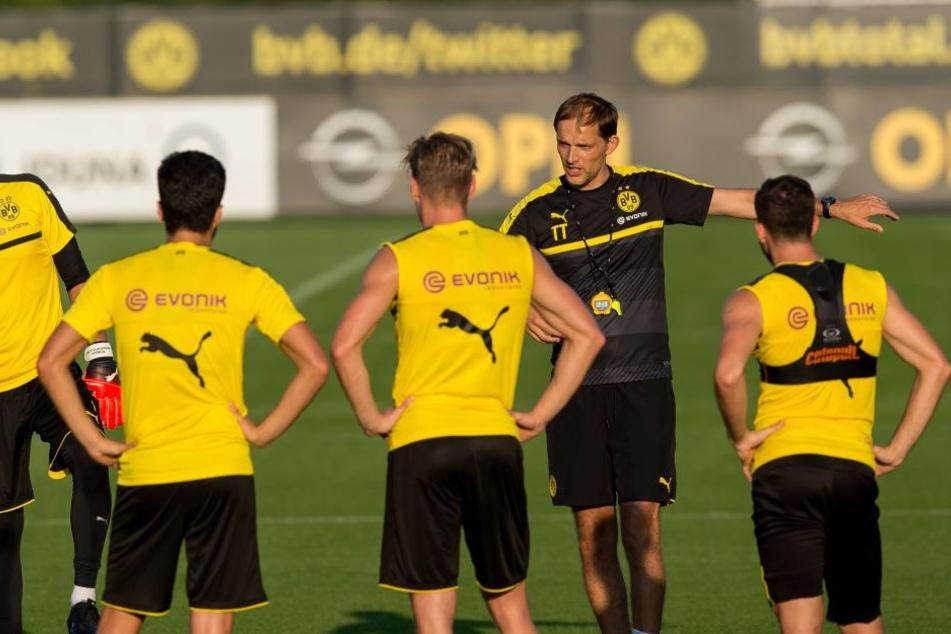 Dortmund-Trainer Thomas Tuchel (Zweiter von rechts).
