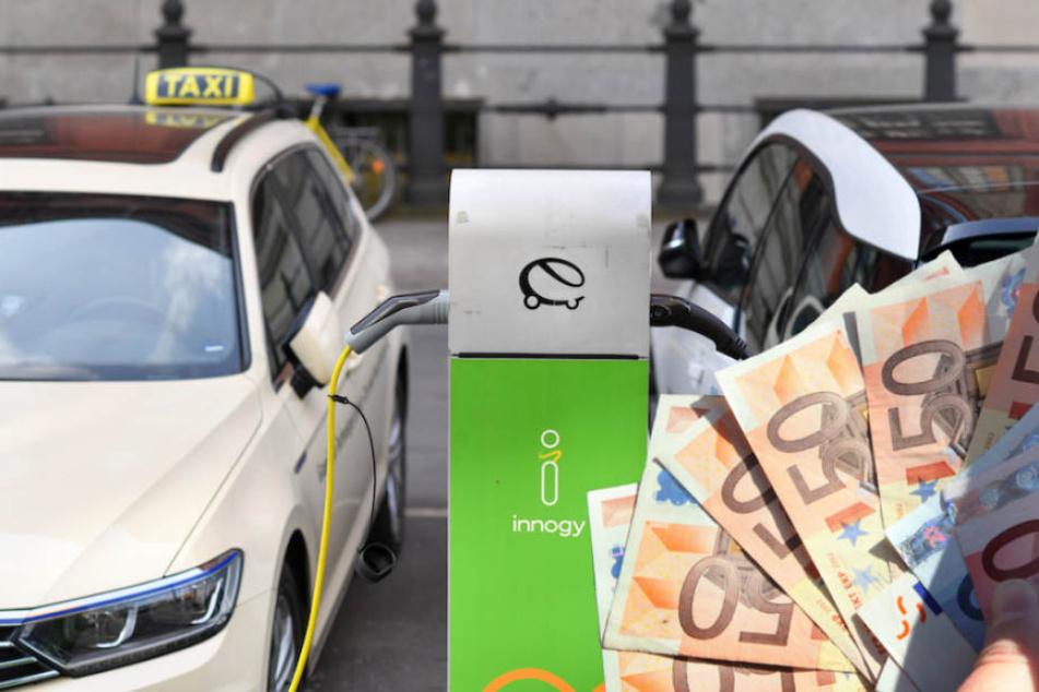 Besonders Taxifahrer in Berlin profitieren von der Prämie für E-Autos. (Bildmontage)