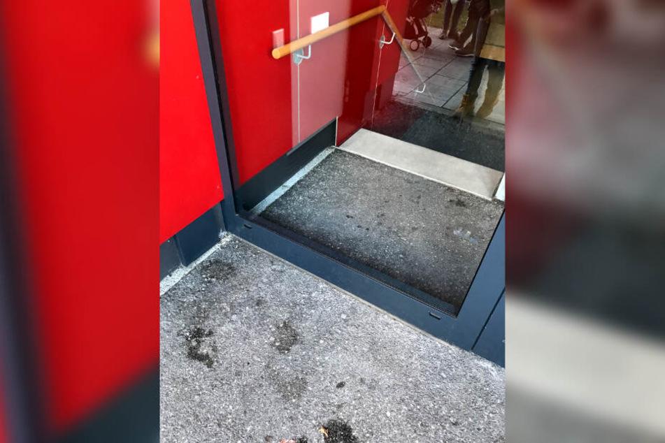 Hinter dieser, nur von der Rückseite zugänglichen Glastür wurde ein etwa zwei bis drei Monate altes Mädchen am Neujahrstag in einer Baby-Transportschale gefunden.