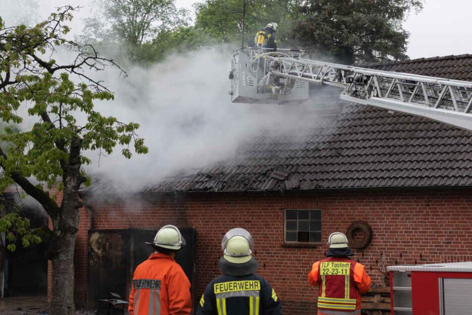 Die Feuerwehr bekämpft ein Dachstuhlbrand.