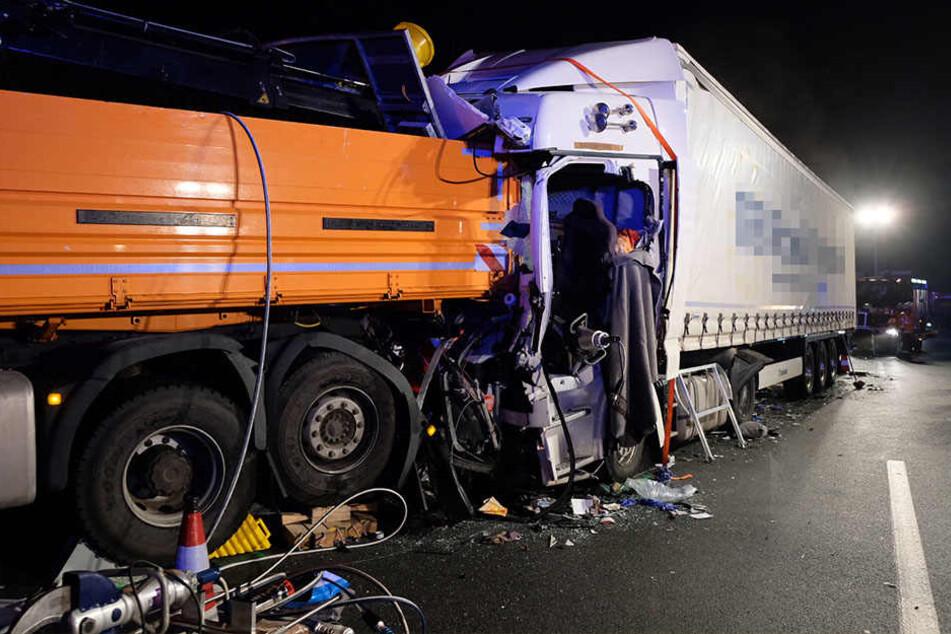 Lkw kracht auf Anhänger: Fahrer eingeklemmt, Autobahn gesperrt