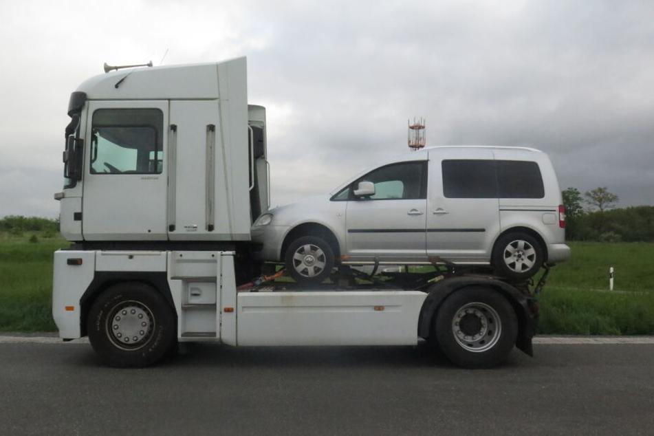 Ein Auto steht mit Gurten verzurrt auf der Sattelplatte eines Sattelschleppers. Auf der Autobahn 72 bei Feilitzsch im Landkreis Hof stoppten die Beamten den Fahrer.