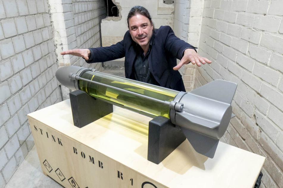 """Dirk Großer (49) zeigt die mit Schwefelwasserstoff gefüllte """"Stinkbombe""""."""