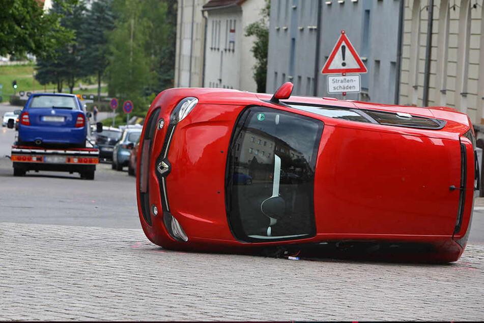 Der Renault landete nach dem Zusammenstoß auf der Seite.