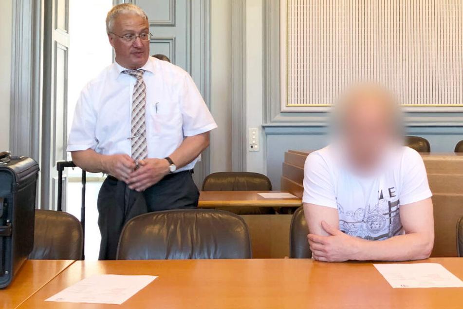 Verteidiger Matthias Schwarz (links) steht neben dem angeklagten Ingo F. im Sitzungssaal im Landgericht.