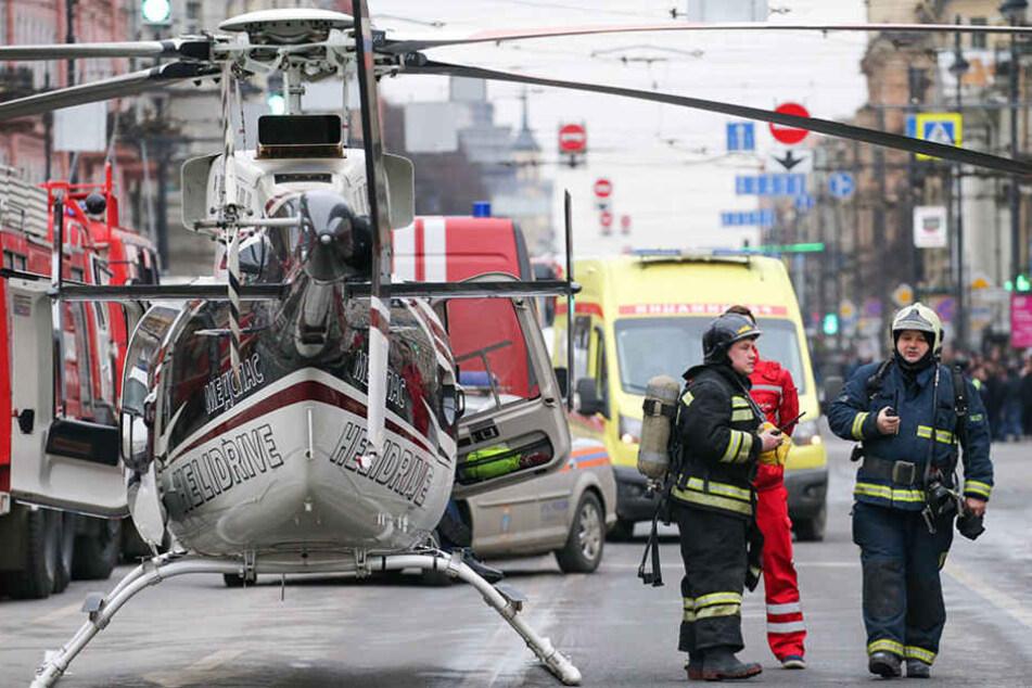 """Rettungskräfte vor der Station """"Tekhnologichesky Institut"""""""