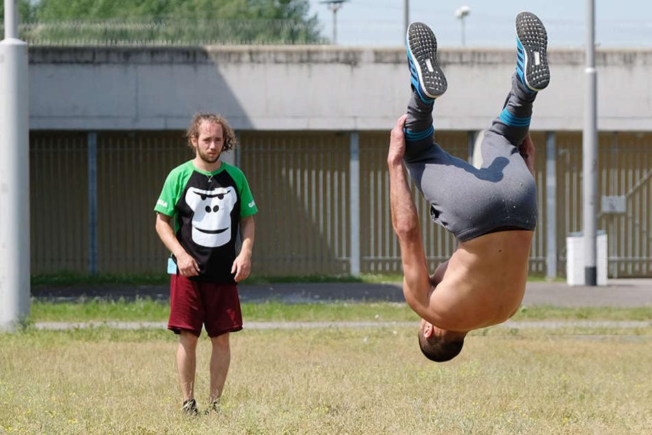 Trainer Teo (l.) beobachtet die Übungen von Häftling Omar.