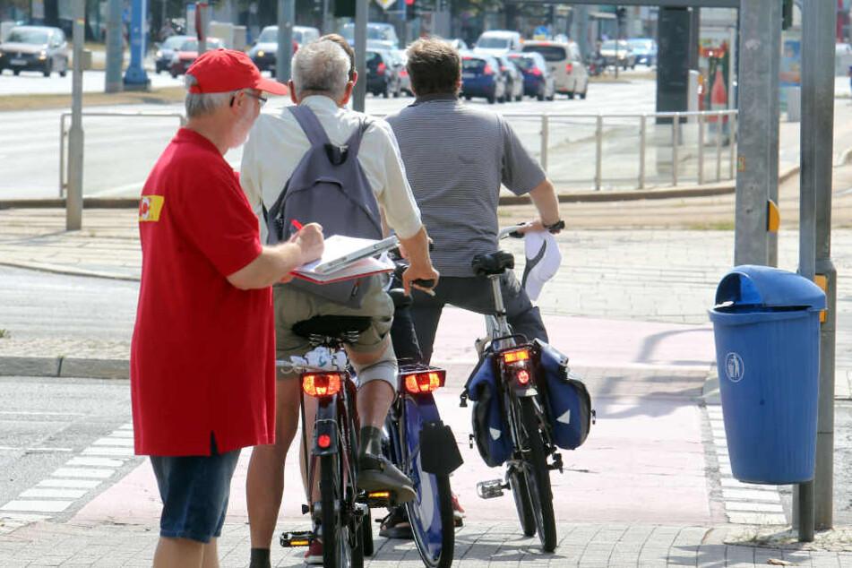 Wer fährt korrekt, wer gefährdet andere? Der ACE machte an der Kreuzung Brücken-/Bahnhofstraße den Test.