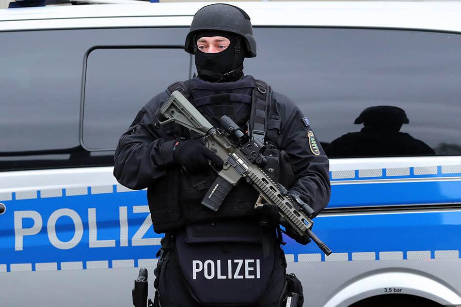 Beamte eines Spezialeinsatzkommandos sind in Leipzig-Wahren im Einsatz (Symbolbild).
