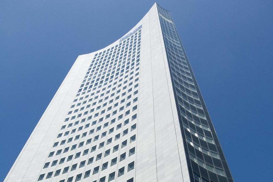 Am Samstag lösten sich zwei Scheiben des Uniriesen und stürzten aus dem 18. Stock in die Tiefe.