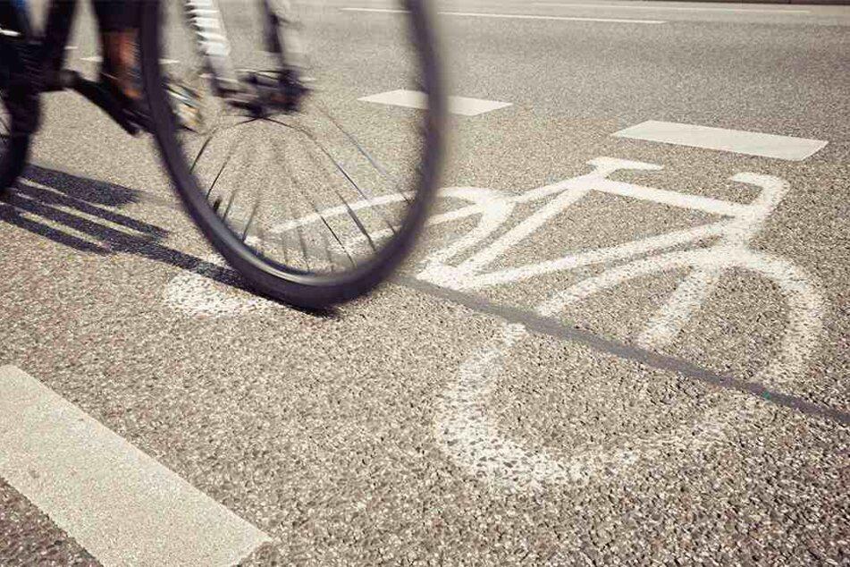 Der Radfahrer verlor die Kontrolle über sein Fahrrad, nachdem er abrupt abbremsen musste. (Symbolbild)