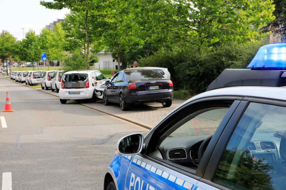 Der Audi rammte zwei am rechten Straßenrand abgestellten Lieferwagen eines größeren Chemnitzer Pizza-Lieferdienstes.