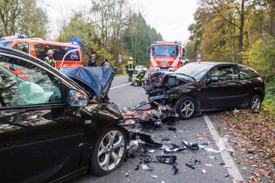 Der junge Autofahrer prallte frontal gegen das andere Auto.
