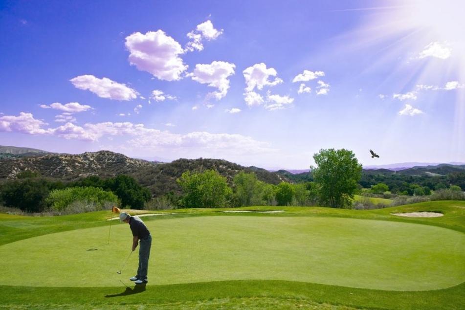 Ein passionierter Golfspieler könnte sich selbst ein großes Geschenk machen: zum Beispiel eine Reise an einen der schönsten Golfplätze der Welt.