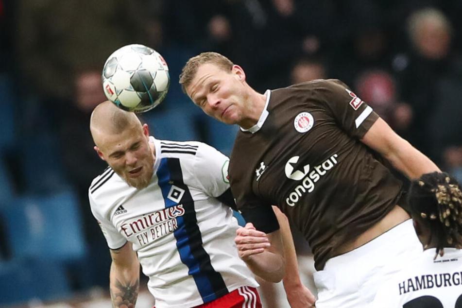Niederländer unter sich: Rick van Drongelen und Henk Veerman im Kopfball-Duell.