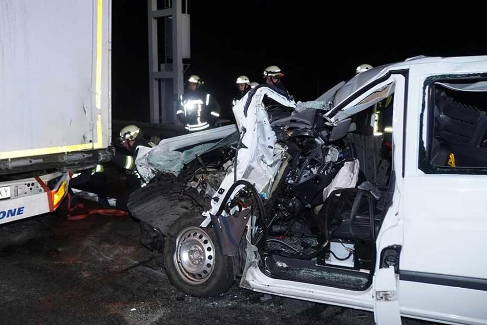 Der Mercedes Transporter knallte in das Heck des Sattelzugs.