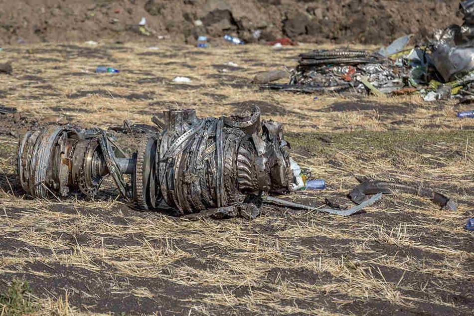 Teile der Boeing 737 Max 8 liegen auf dem Boden der Absturzstelle in der Nähe von Bishoftu (Äthiopien).