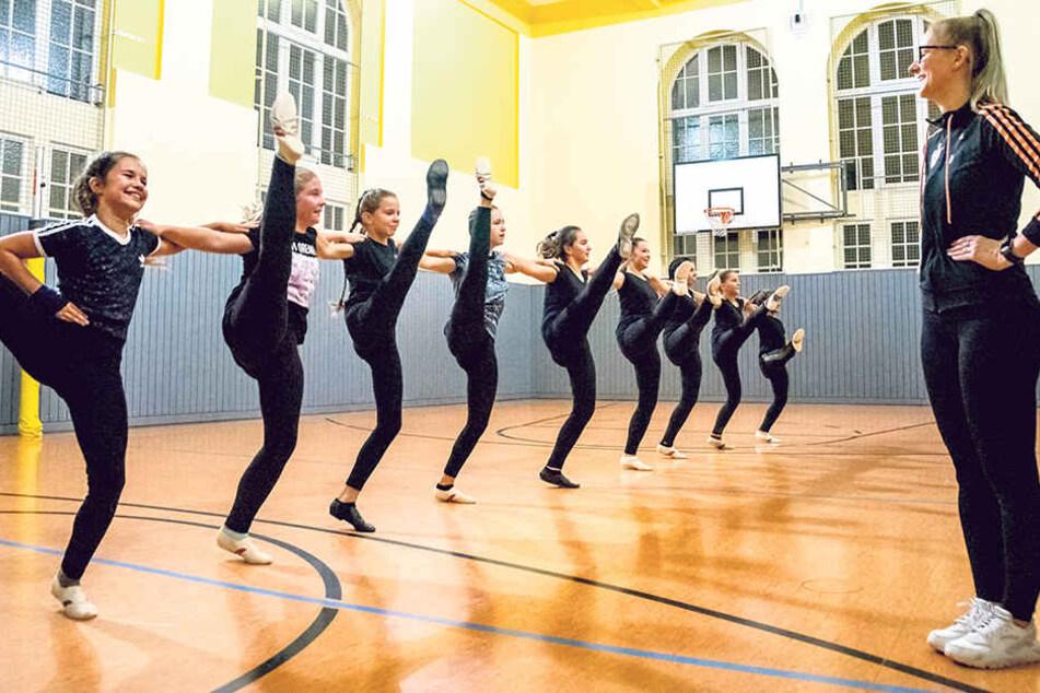 Samira Gretchen tanzt seit fünf Jahren - und ist Dritte bei den Sächsischen Meisterschaften. Für Trainerin Marie Engelmann (27, r.) steht fest: Karnevalstanz ist Leistungssport!