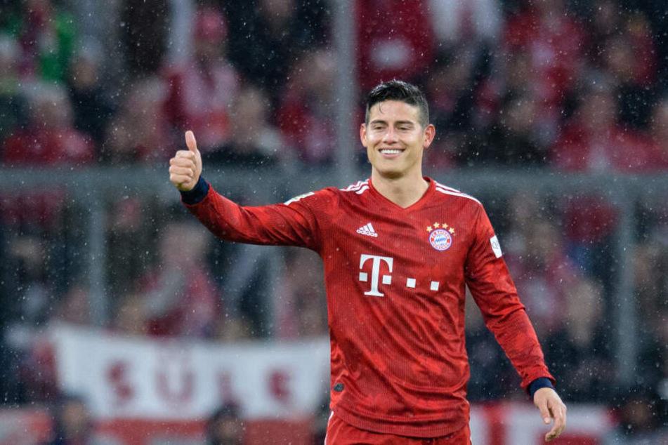 James Rodriguez vom FC Bayern München jubelt über seinen Treffer zum 4:0. Insgesamt hat er am Sonntagabend dreimal getroffen.