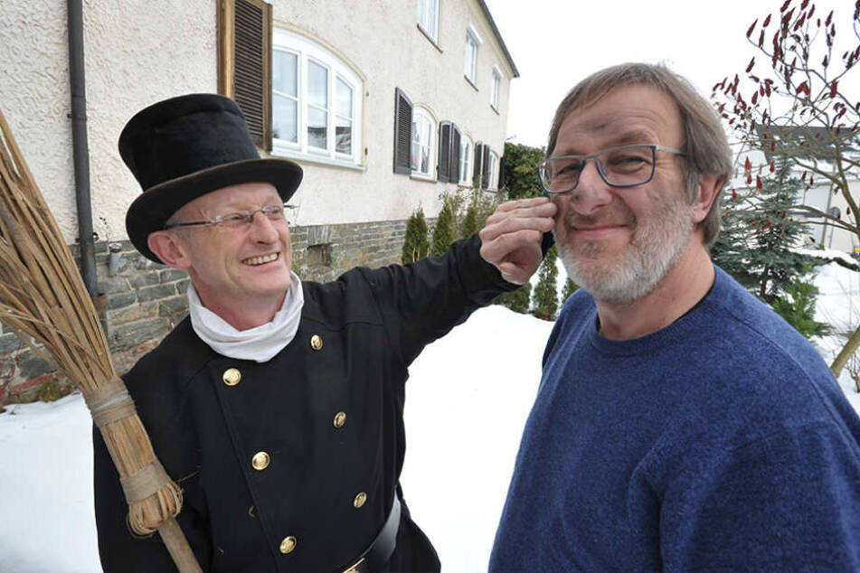 Bei Schornsteinfeger Michael Wünsche (45) fand TAG24-Redakteur Bernd Rippert (56) Glück.