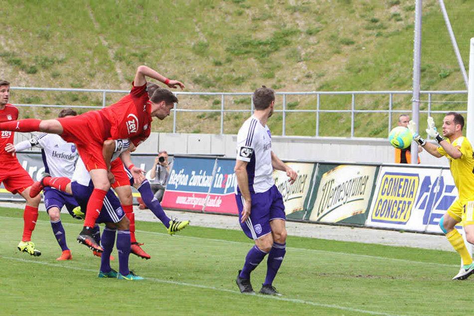 Keine Chance für den Osnabrücker Torhüter Marius Gersbeck beim 1:0 für den FSV.