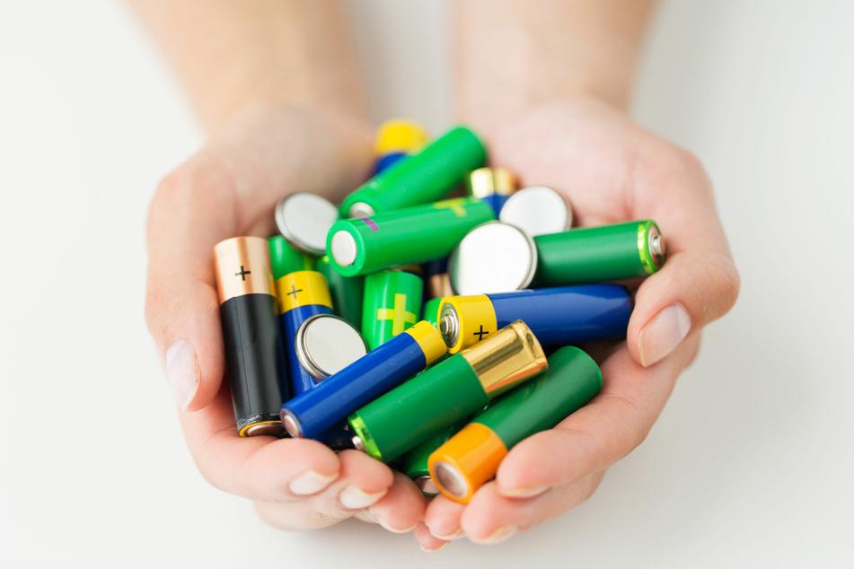 Öffentlich zugängliche Sammelboxen für alte Batterien machen die Batterie-Entsorgung mittlerweile äußerst einfach.