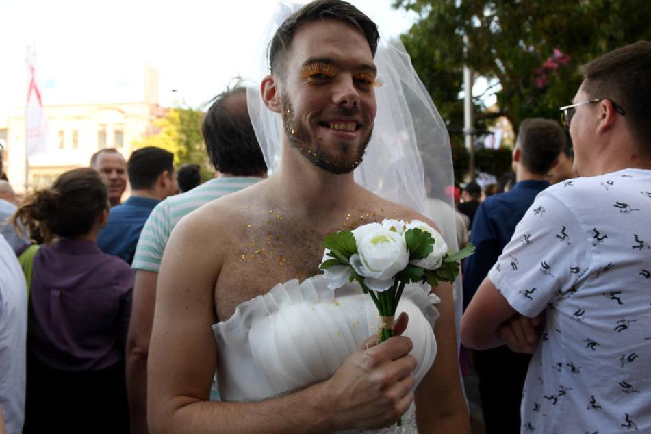 Ein glücklicher Bräutigam. Oder doch eine Braut? Viele Länder haben bereits die Homo-Ehe. Nun entscheidet die Landeskirche Baden-Württemberg. (Symbolbild)