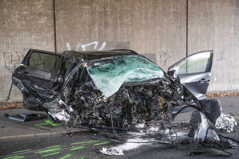 Tödlicher Unfall: Mann knallt mit Auto gegen Brückenpfeiler und stirbt