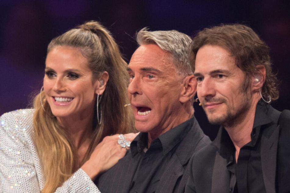Heidi Klum mit ihren beiden Juroren-Kollegen Wolfgang Joop (m.) und Thomas Hayo (r.) im Finale von GNTM 2017.