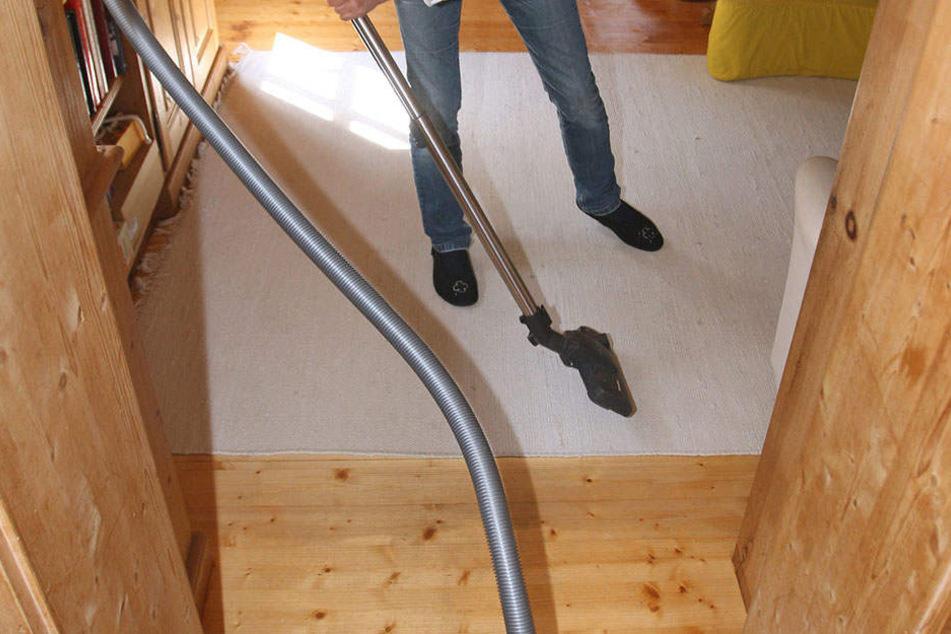 Bei Wachstropfen auf dem Teppich reicht der Sauger nicht mehr aus. Man kann ihnen aber mit Eiswürfeln zu Leibe rücken...