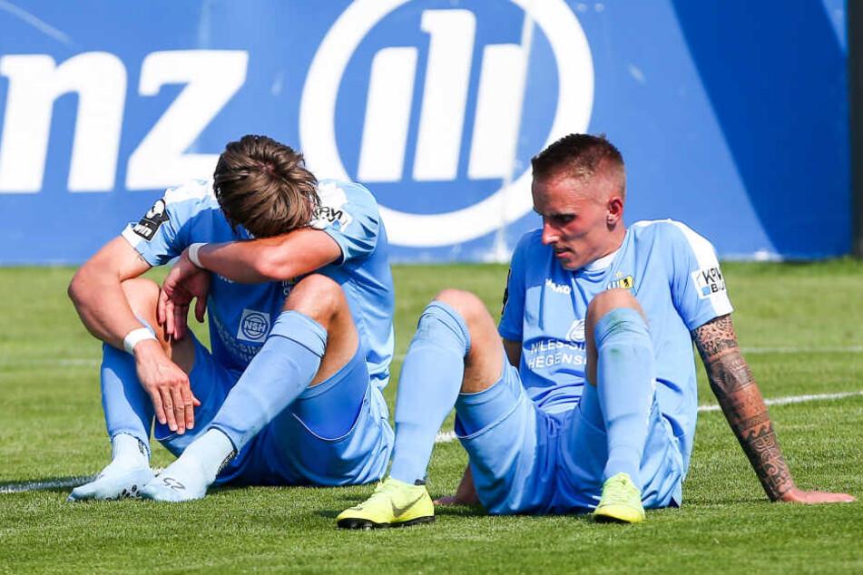 Sören Reddemann (l.) und Paul Milde saßen nach Abpfiff enttäuscht auf dem Rasen.