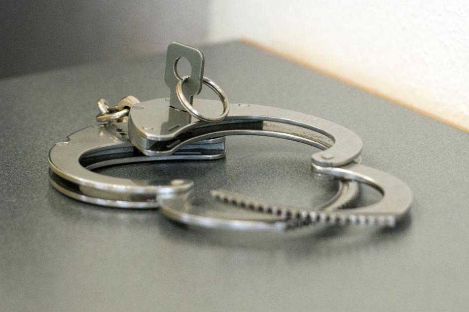 Nach der Festnahme kam der Mann in ärztliche Behandlung. (Symbolbild)
