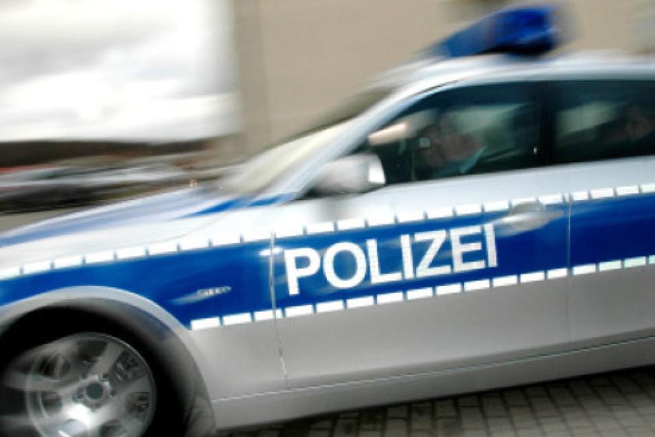 Ein Unbekannter hat eine hundertjährige Frau geschlagen und ihr die Handtasche aus dem Rollator gestohlen (Symbolbild).