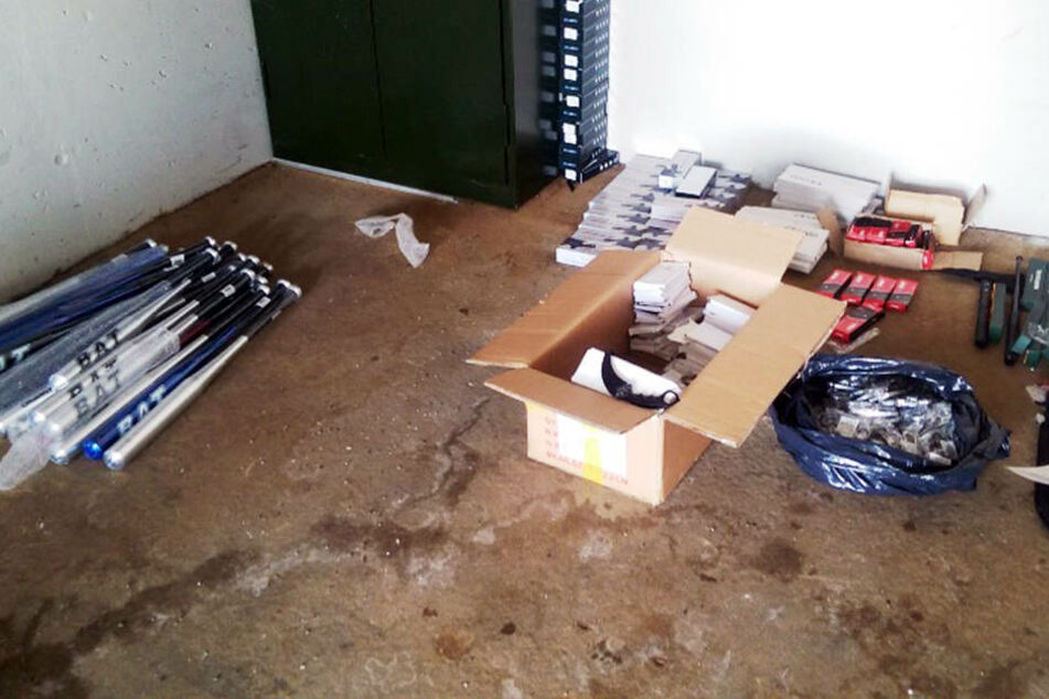Aluminium-Baseballschläger, gefälschte Markenware und Macheten waren unter anderem in den Transporter gelagert.
