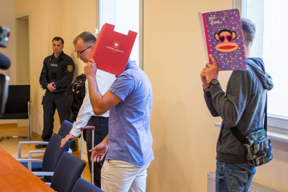 Die Angeklagten Dennis W. (l.) und Martin K. verbargen zu Verhandlungsbeginn ihre Gesichter.