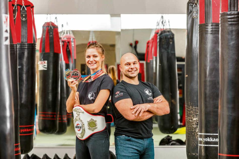 Freuen sich riesig über den Vize-WM-Titel: Kickboxerin Josy Wünsche (24) und ihr Trainer Ronny Schönig (42).