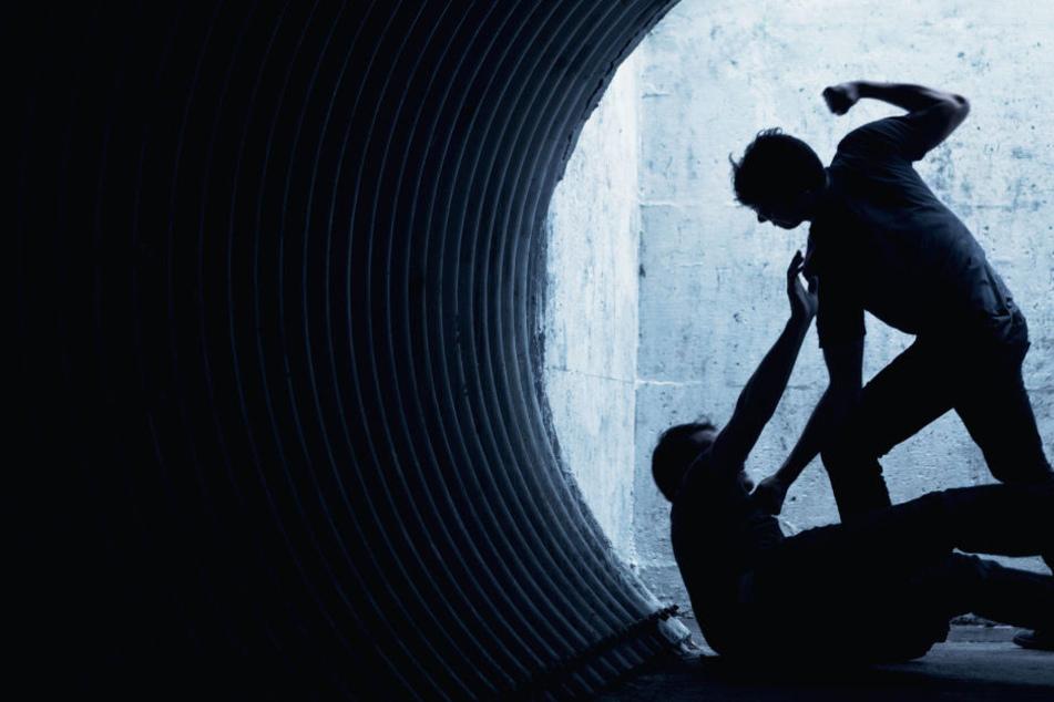 Der Mann hatte vor seinem Zuhause gesessen, als der Betrunkene auf ihn los ging. (Symbolbild)