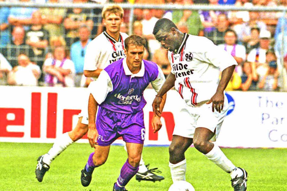 Mehr als 20 Jahre her: Joe Enochs (vorn,r.) im VfL-Trikot gegen den damaligen Hannoveraner Gerald Asamoah. Enochs ist noch immer Osnabrücks Rekordspieler.