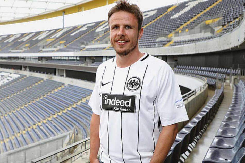 Der Neuzugang ließ sich bereits stolz im Dress der Frankfurter Eintracht ablichten.