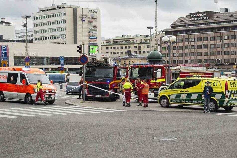Rettungskräfte stehen auf dem Marktplatz in Turku (Finnland). Die Polizei hat auf einen Messerangreifer geschossen, der zuvor mehrere Menschen verletzt hatte.