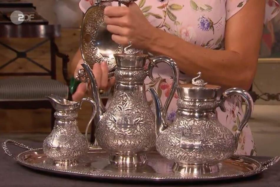 Das Silber-Service ist mit Schwänen, Disteln und Wappen verziert.
