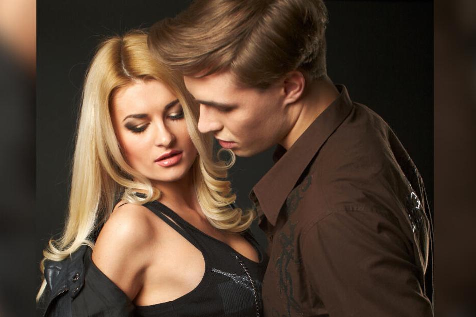 Die Anziehung zwischen zwei jungen Menschen ist auf diesem Bild nicht zu übersehen (Symbolbild).