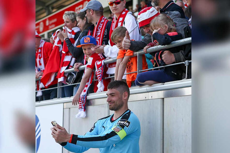Nach dem Münster-Spiel machte Johannes Brinkies mit den Fans Selfies, trug dabei die Kapitänsbinde. Gut möglich, dass er das in der kommenden Saison immer tut.