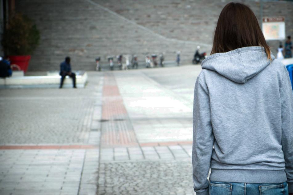 Teenie-Mädchen tyrannisieren Männer in der Innenstadt