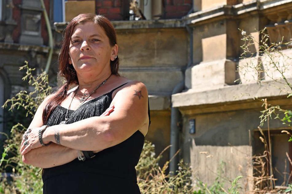 Die Noch-Stadträtin Ramona Gehring steht vor ihrem Haus in Zittau.
