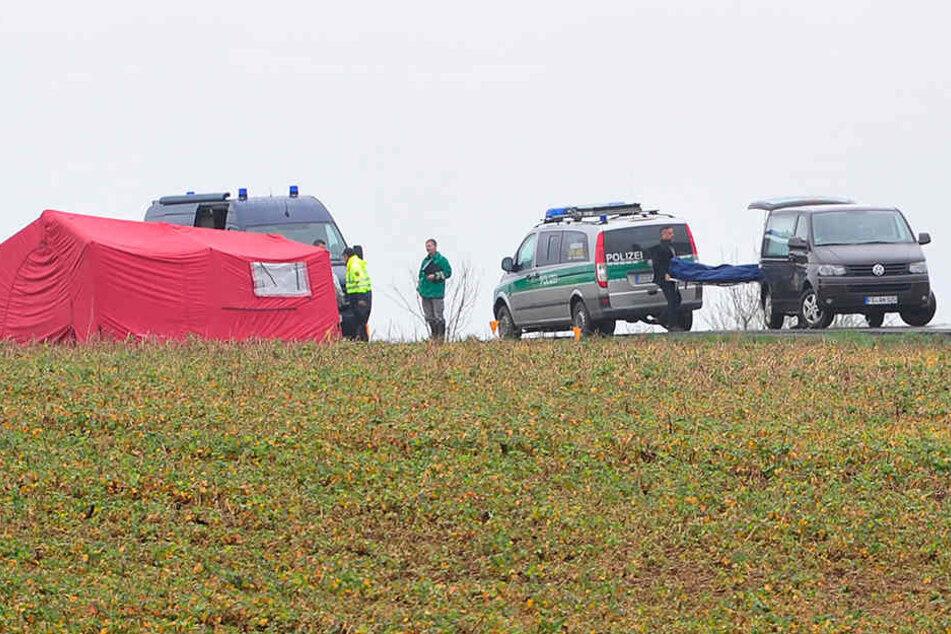Die Polizei sucht Zeugen, die in der Umgebung zu dem Feld etwas beobachtet haben.